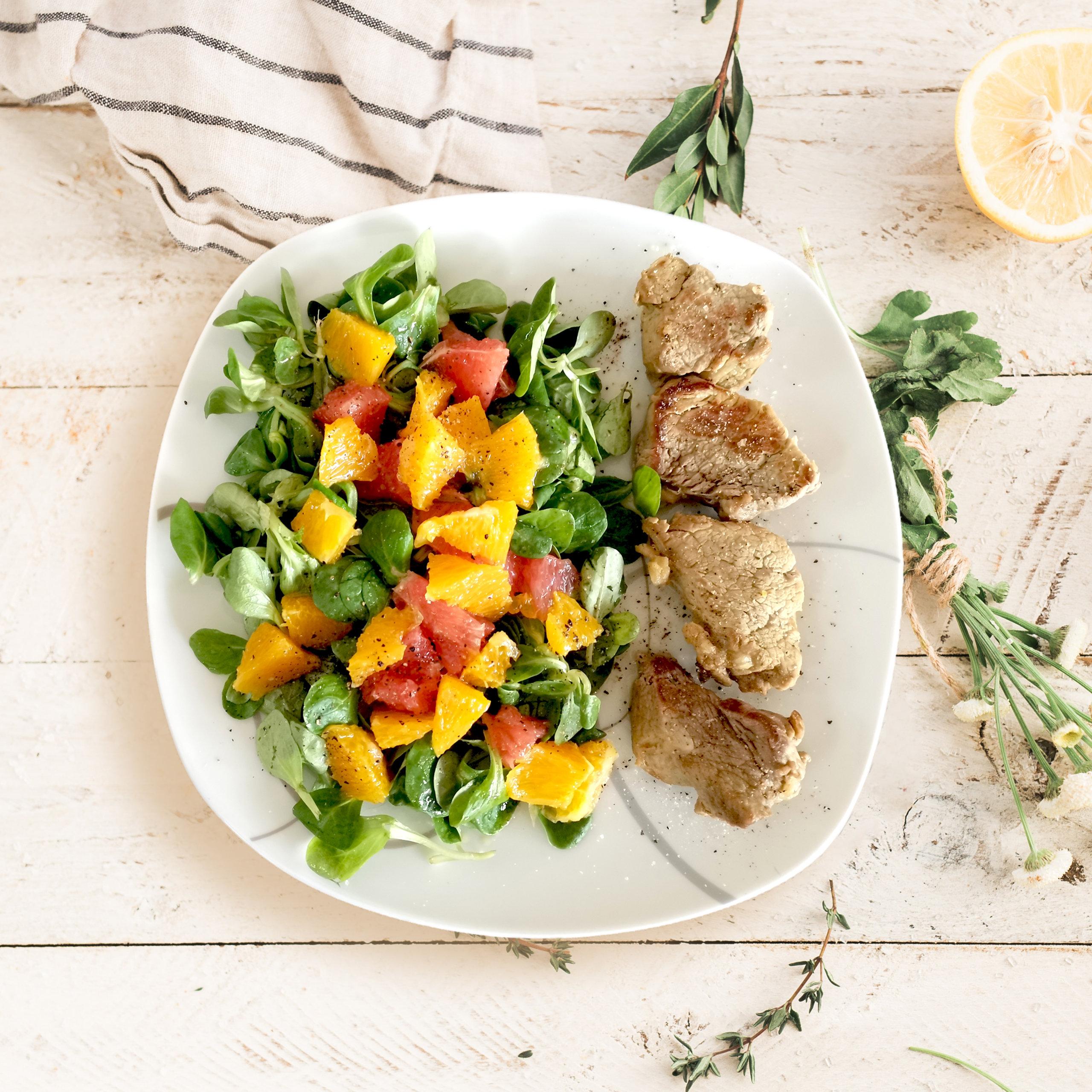 Fruchtiger Salat mit Schweinemedaillons